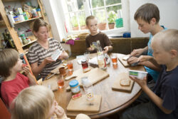 Frau mit Kindern am Frühstückstisch