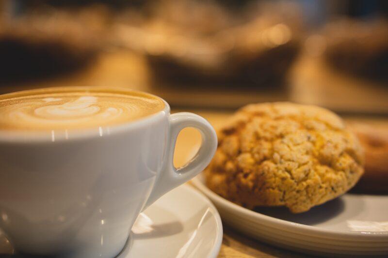 Kaffeetasse mit Keks